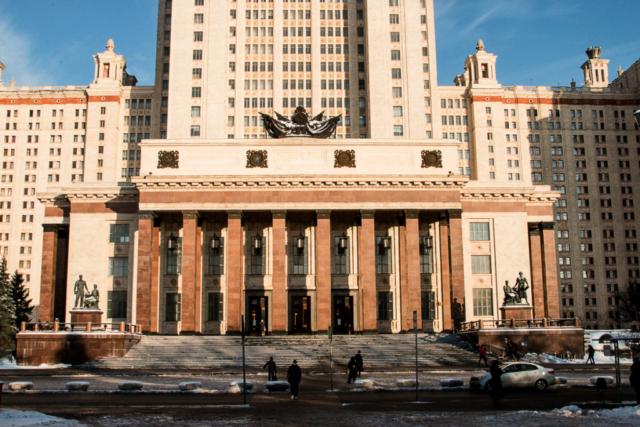 Вход в Главное здание МГУ